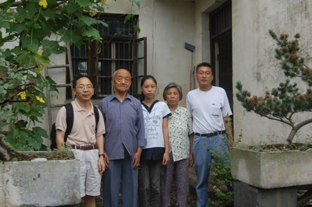 A photo of Yaqin Zhang and her families with Professor Yang